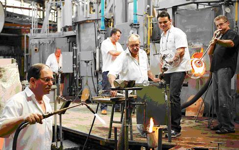 Arbeiter bei der Arbeit in der Glasi Hergiswil